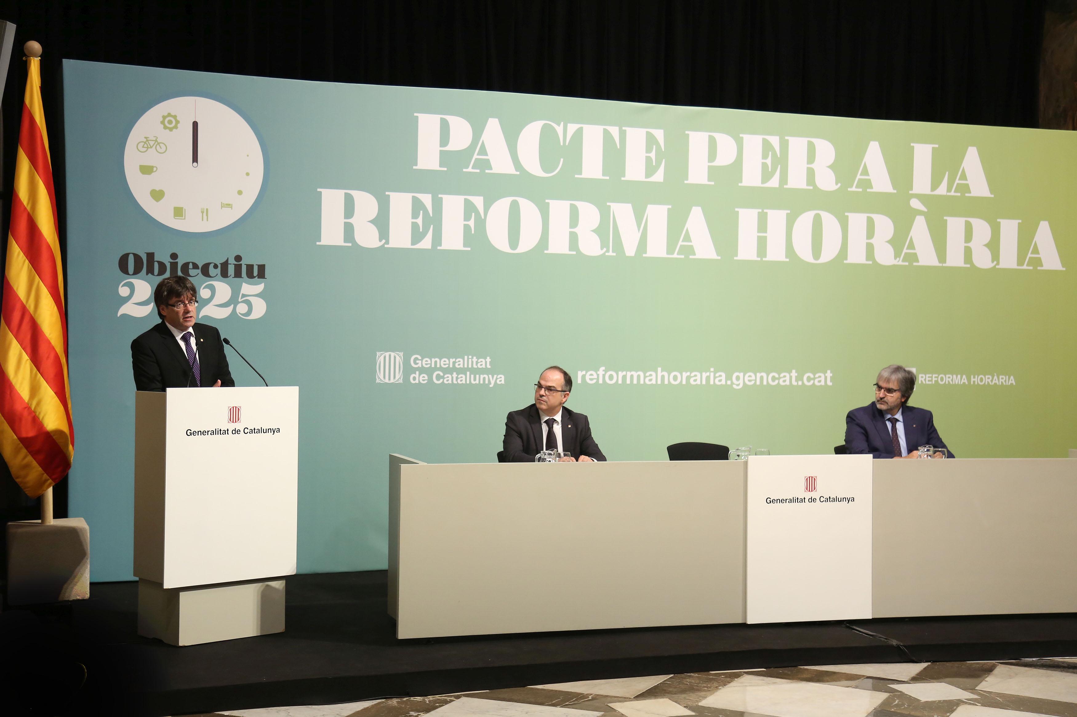 El preseident de la Generalitat, Carles Puigdemont, encapçalant l'acte de la signatura impulsada per la iniciativa Reforma Horària.